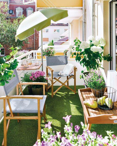 terraza decorada con césped artificial