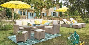 Salón en el jardín con muebles de resina trenzada