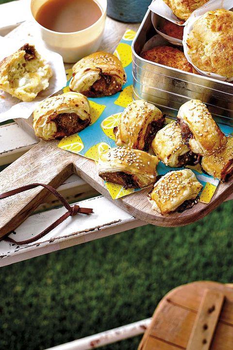 muffins de higos y queso, saladitos de salchichas con cebolla caramelizada
