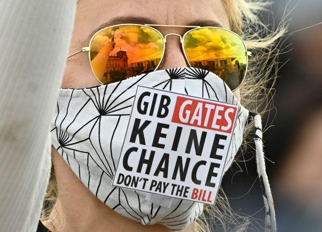 una mujer en una manifestación antivacunas en alemania