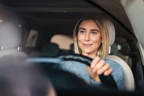 mujer conduciendo un coche