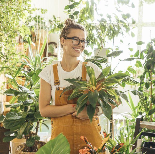 mujer con plantas de interior