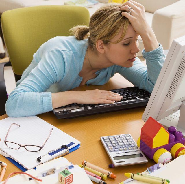 mujer desconcentrada en el trabajo en casa
