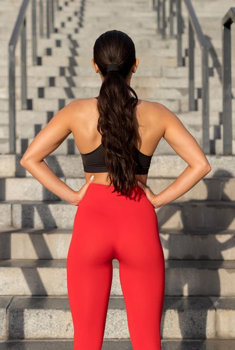 mujer a punto de entrenarse subiendo escaleras
