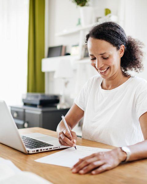Mujer estudiando en casa