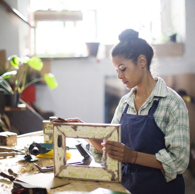 mujer haciendo manualidades