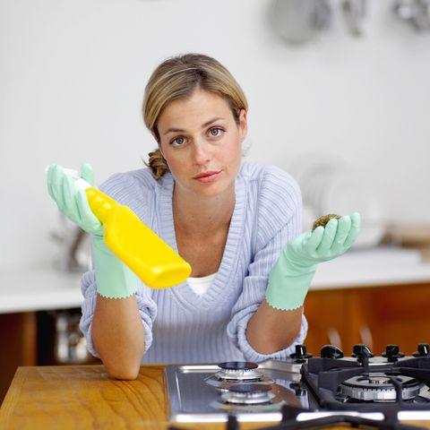 mujer limpiando la cocina