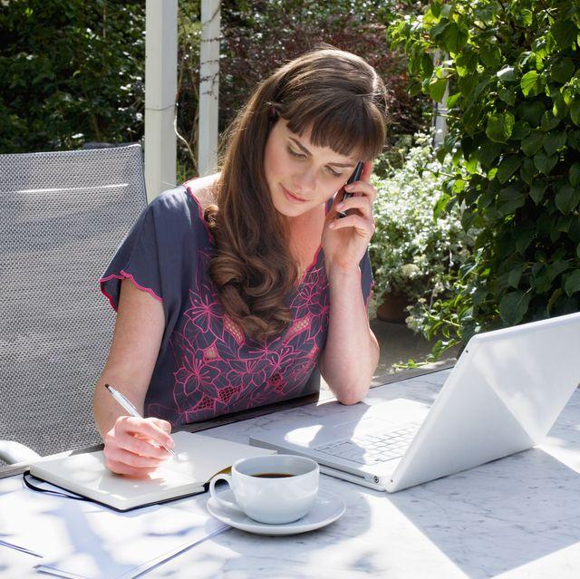 mujer teletrabajando en el jardín