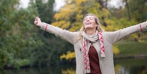 Mujer feliz otoño
