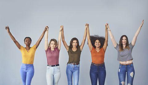 mujeres reales posan con los brazos levantados