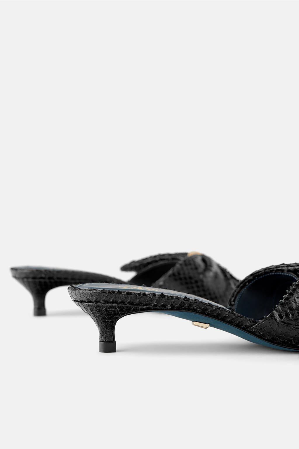 Llevo meses buscando las mules perfectas y hoy Zara saca este modelo súper elegante y de tacón sensato perfecto para jeans cropped y para todos mis vestidos de verano
