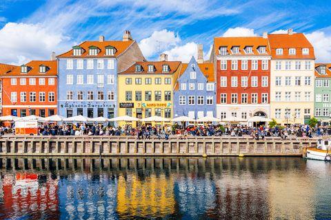 Casas multicolores en el puerto de Copenhague, Dinamarca