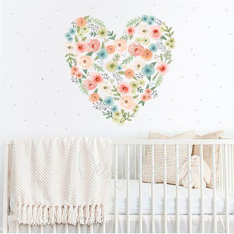 Mural floral infantil con forma de corazón