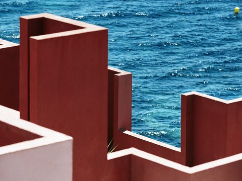 Edificio la Muralla Roja en Calpe (España). Obra del arquitecto Ricardo Bofill. Un clásico de la arquitectura española.