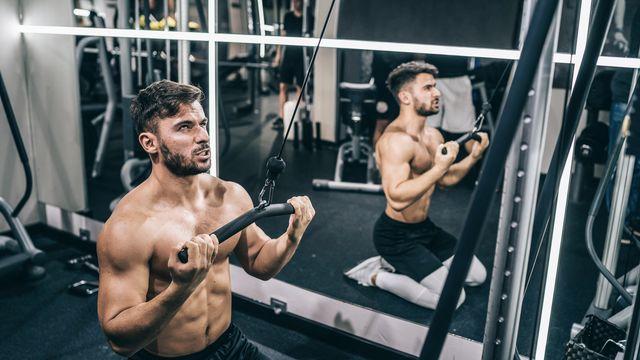 ejercicio de abdominales en polea