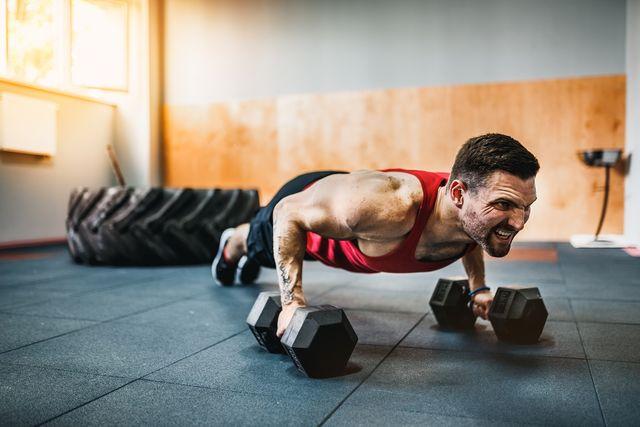 ejercicios de pecho, espalda y abdominales con mancuernas