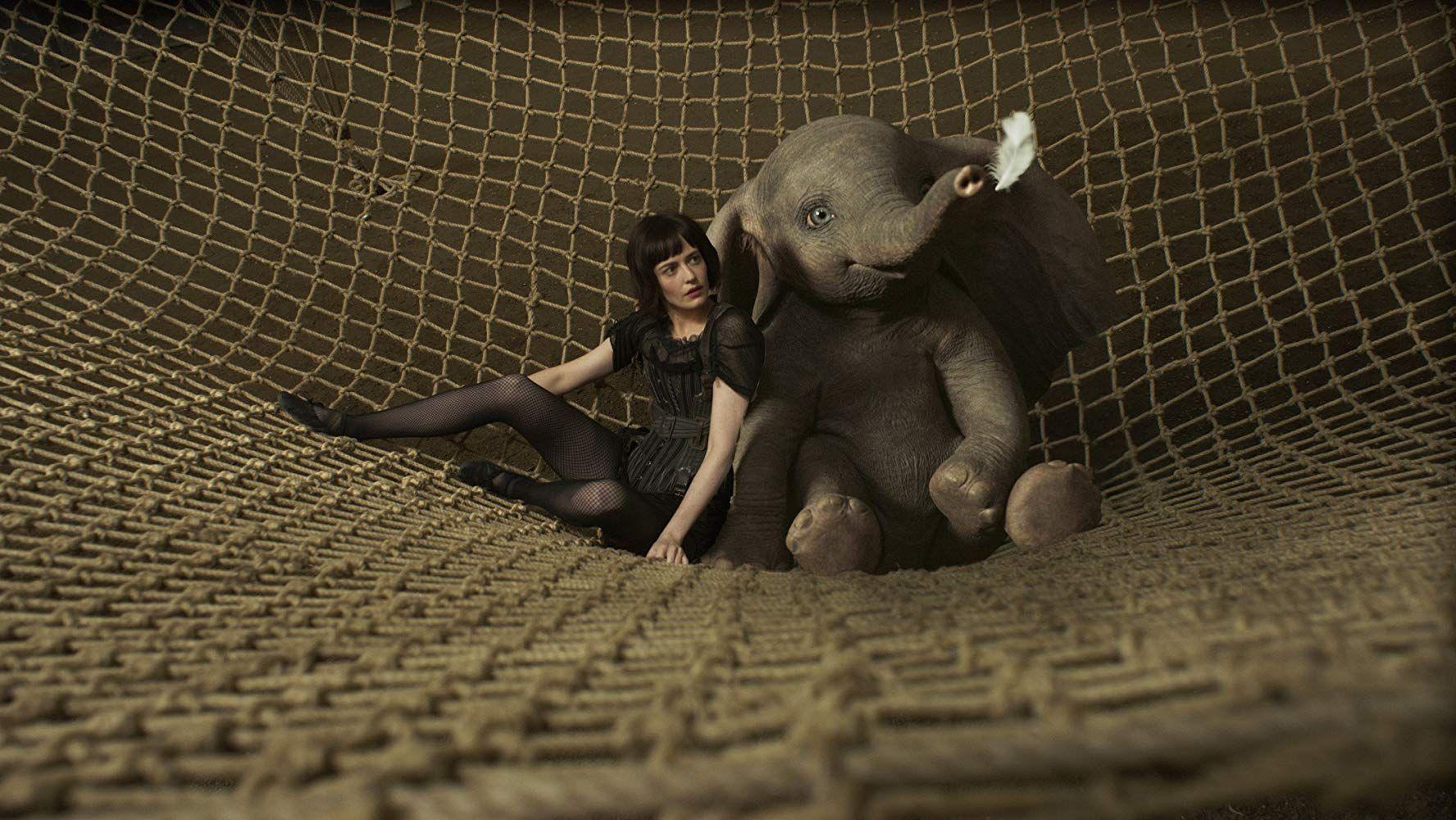 既然是迪士尼十分重視的經典電影,負責重新搬上銀幕的導演也絕非泛泛之輩,《小飛象》就是由《魔境夢遊》的著名導演提姆波頓執導。只不過不同於1941年的動畫版本,提姆波頓的真人電影多了更多的人性,因為劇情不再只侷限於小象和母象間的親情,還有各式各樣在馬戲團裡發生的人情世故,有人的地方就有江湖,於是有著一雙大耳的小象「呆寶」,除了面對自己的不同,還得歷經許多人類關卡,才能找到生存之道。