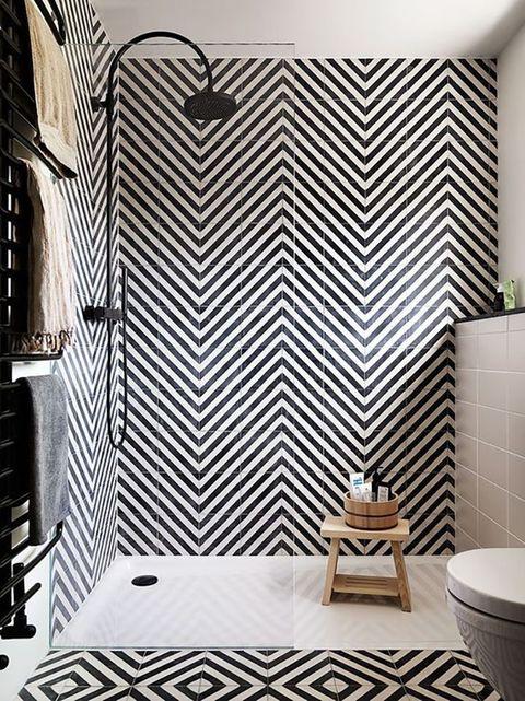 Zona de ducha y suelo con revestimientos geométricos