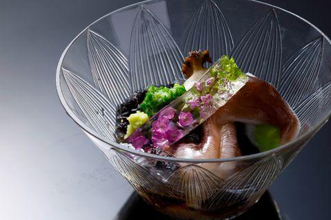 「西天満 中村」花穂 紫蘇のゼリー仕立てが美しい先付け。片側だけを炙り、食感を際立たせたとり貝に、蒸し鮑と白ずいきを合わせ、海苔のジュレでさっぱりと。