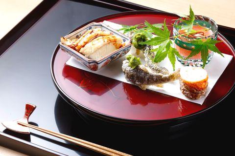 西天満 中村「八寸」穴子の蒸し寿司、木の芽味噌を添えたあまごの揚げ物など、食感も味わいも異なる4品