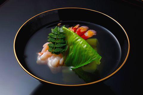 「西天満 中村」天然車海老の美しい色彩に、うすい豆の豆腐とうるいの翡翠色が鮮やかな椀物。風味豊かな出汁に、 香り高い木の芽もたっぷりと。