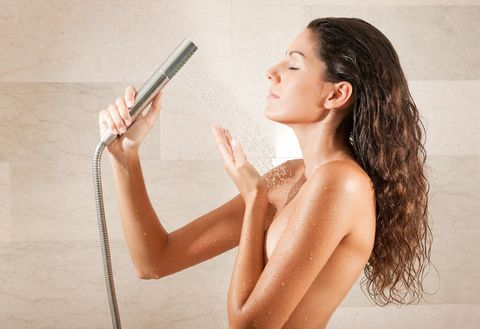 mujer descubriendo los beneficios de una ducha con agua fría