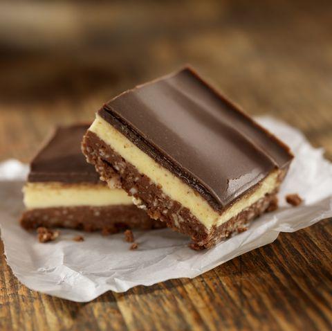 dos trozos de tarta de chocolate y natillas