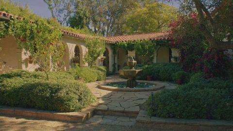 Property, Garden, Yard, Courtyard, Building, Backyard, Real estate, Home, Estate, Landscaping,