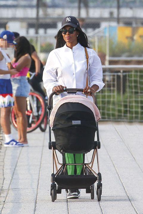 naomi campbell pasea con su hija