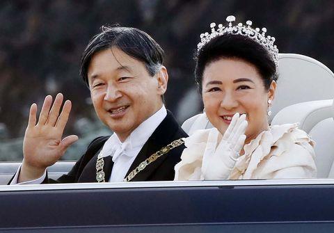 EL EMPERADOR JAPONES NARUITO Y LA EMPERATRIZ MASAKO DURANTE EL DESFILE REAL EN TOKIO