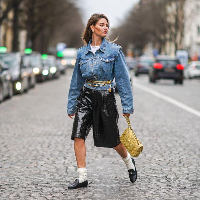 vrouw op straat in spijkerjas