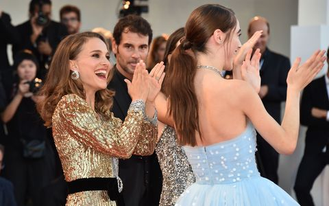 0047913362 Natalie Portman helped her co-star with a wardrobe malfunction on ...