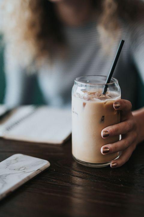 Il latte rosa è la bevanda del momento e prepararlo è più facile del previsto