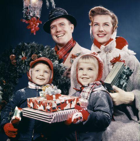 Familia celebrando laNavidad en los años sesenta