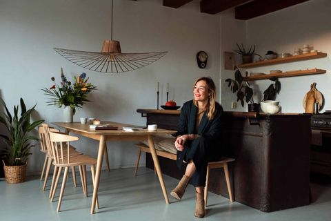 Neel van Lierop, maker van de Inner Compas Cards,aan de keukentafel in haar huis