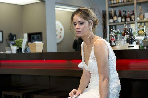Ned Willis meets runaway bride Scarlett Brady in Neighbours