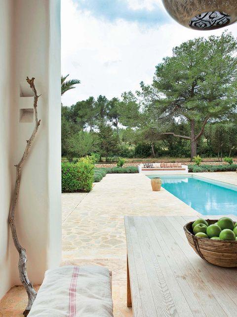 piscina en casa de estilo ibicenco