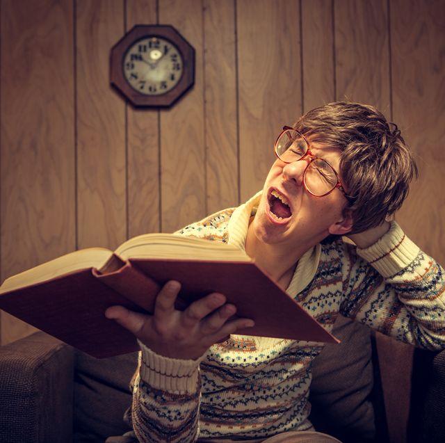 estudiante leyendo un libro aburridísimo