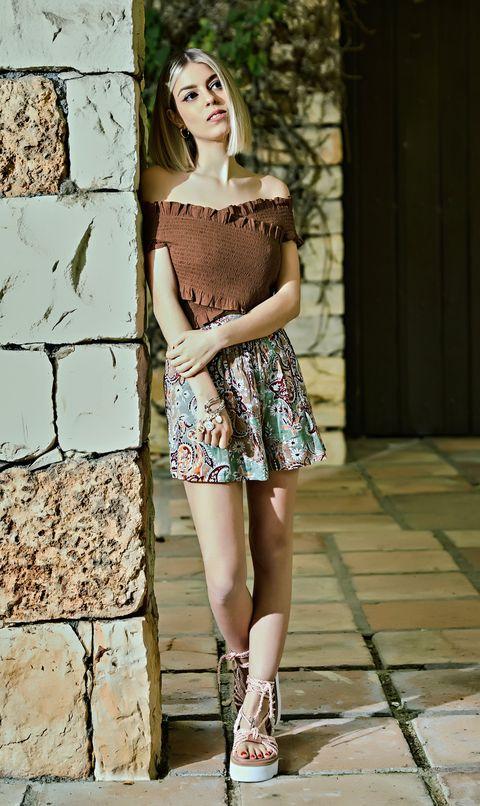 la cantante, con un top marrón y falda estampada, posa para el gente con estilo de diez minutos