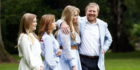 koning willem alexander poseert met dochters prinses amalia, prinses alexia en prinses ariane voor de jaarlijkse zomerfotosessie bij paleis huis ten bosch 2020