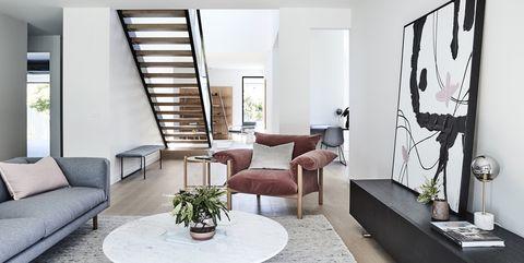 Una casa con varias plantas, dos salones y varios estilos decorativos