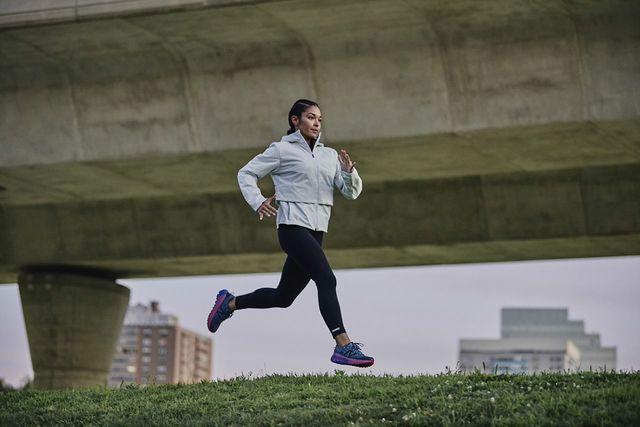 una corredora entrenando con las zapatillas de trail running new balance fresh foam more trail v1