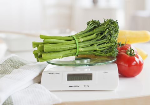 USA, New Jersey, Jersey City, fresh vegetables on weight scale
