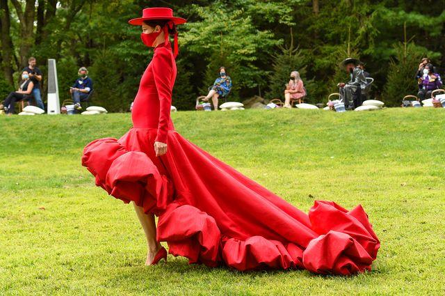 new york fashion week la sfilata nel giardino di christian siriano