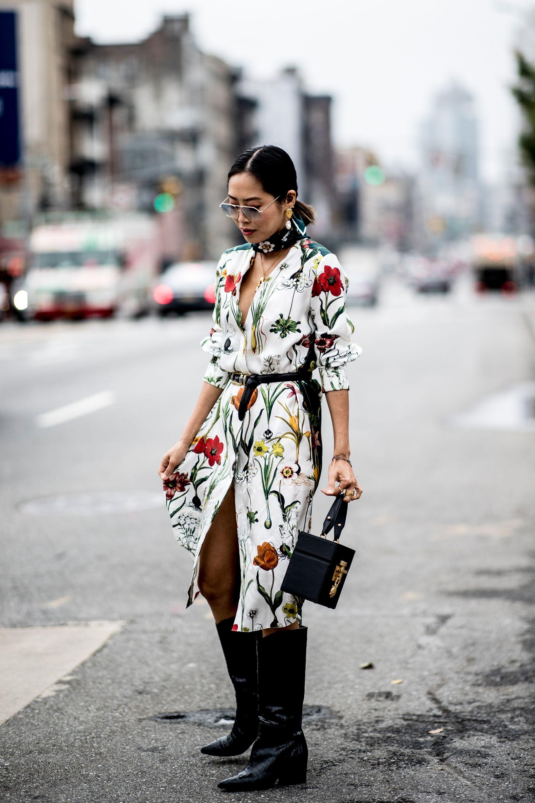 359fc7556 Cómo llevar el estampado floral en otoño - El street style de Nueva York se  rinde al estampado floral