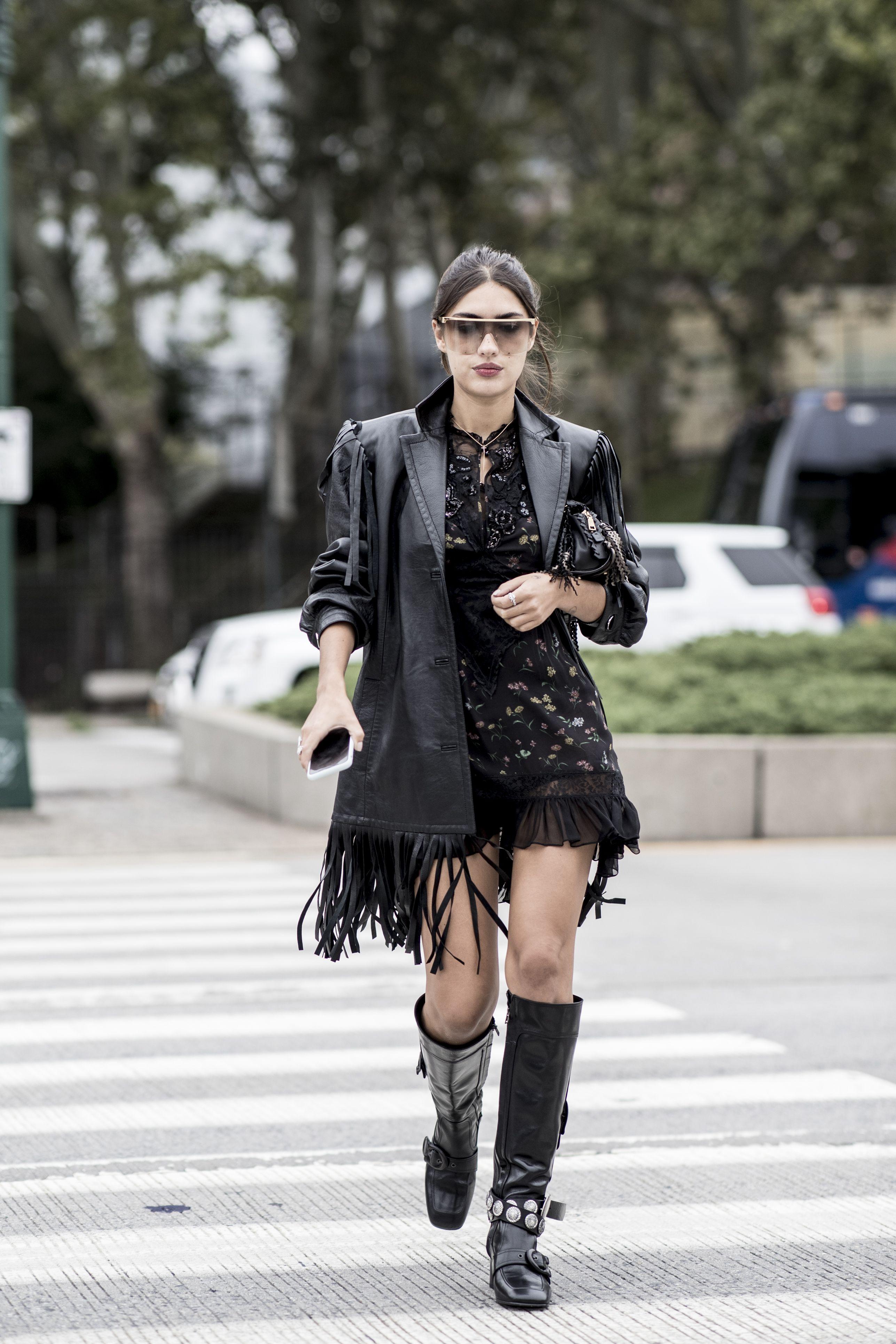 Vestido negro corto con botas altas