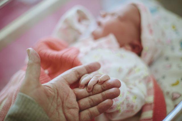 愛する我が子のために代理出産を選ぶ母親たちのストーリーが話題を呼ぶ昨今。そんな中、新たに注目を浴びているのが、「妊娠は難しい」と伝えられ実母に代理出産を頼んだ、31歳の女性のストーリー。なんとその後に奇跡的に妊娠が発覚し、実母による代理出産の1カ月後に自らも出産することに!
