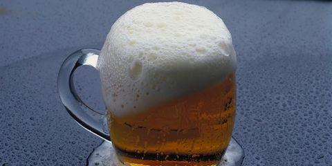 Serveware, Beer, Drinkware, Drink, Tableware, Beer glass, Barware, Liquid, Alcoholic beverage, Amber,