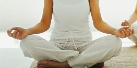 Finger, Sitting, Shoulder, Elbow, Human leg, Joint, Barefoot, Toe, Flooring, Knee,