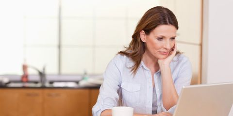 online health research advice; woman doing online health research